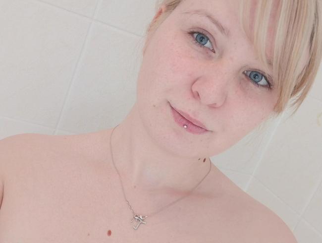 In der Dusche geil mit GROßEM schwarzen DILDO befriedigt !!!