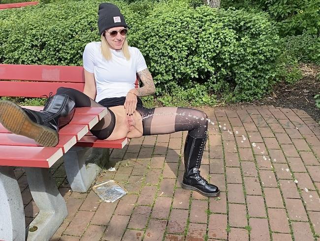 Rastplatz-Piss-Stop - Chloé genießt die Pinkelpause in der Sonne