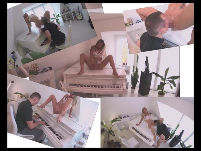 Geile Blondine masturbiert beim Klavierspielen und wird währenddessen geleckt und bläst auf Flügel..